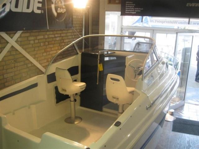 Splinternieuwe vis/gezins boot